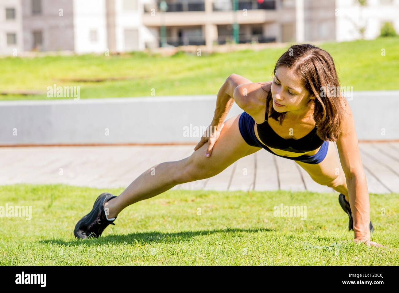 Young woman exercising in park Banque D'Images