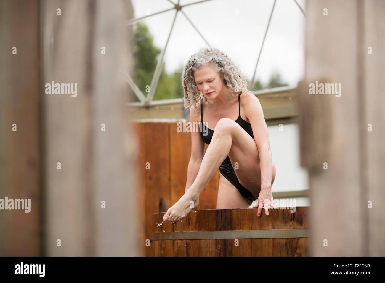 Femme mature sortant de bain à remous de l''eco retreat Photo Stock