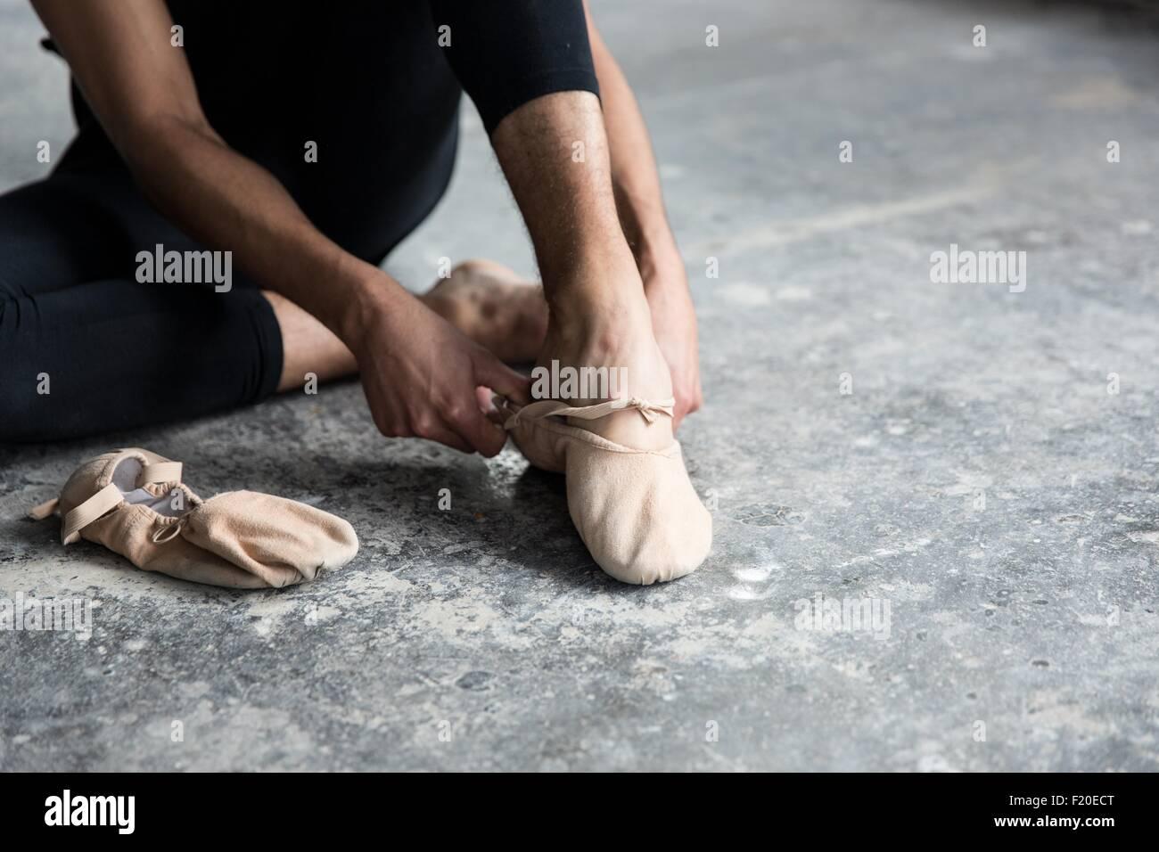 Le port de chaussures de ballet Dancer in studio Photo Stock