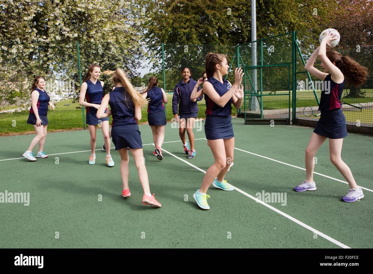 Groupe d'étudiants jouant le netball en cour Photo Stock