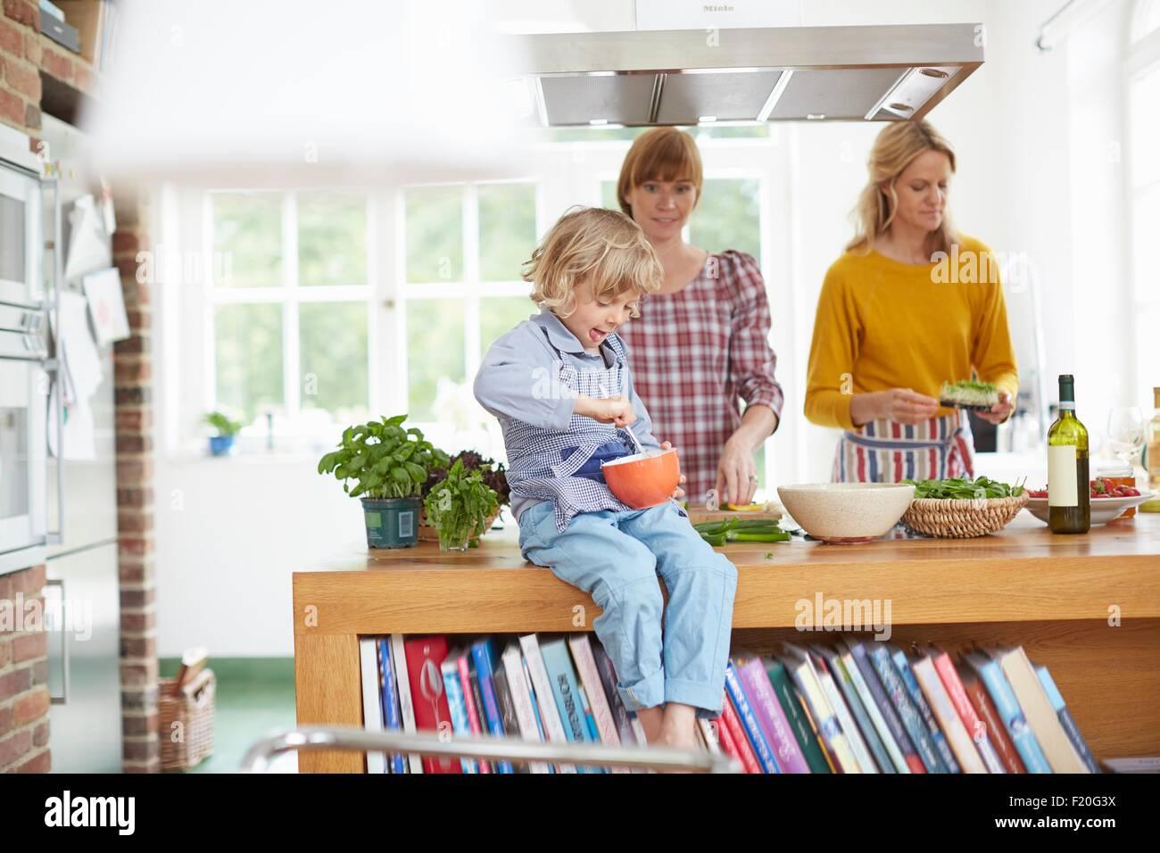 La préparation de repas en cuisine femmes Photo Stock
