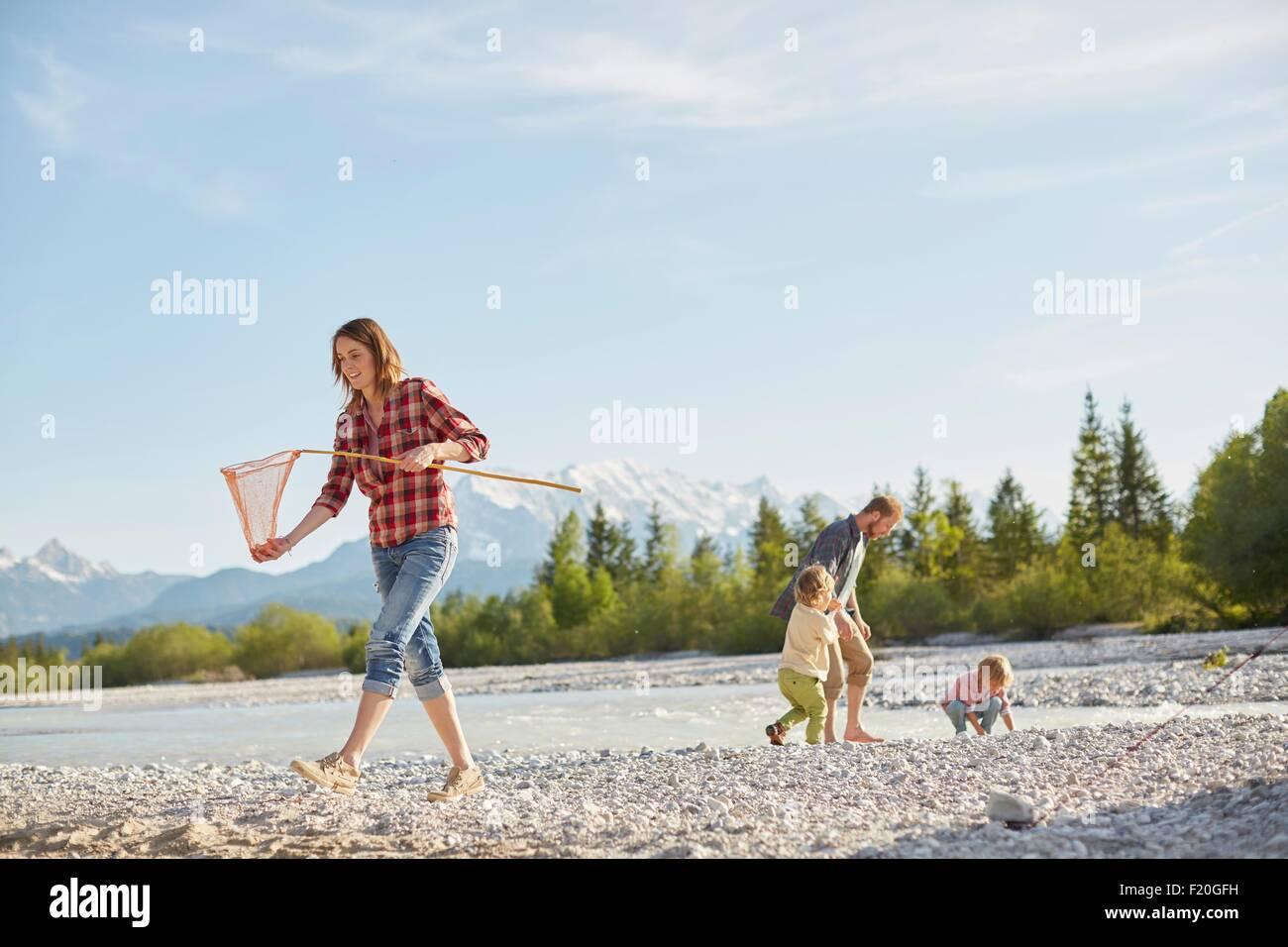 Jeune femme exerçant son filet de pêche en rivière, les gens à l'arrière-plan, Wallgau, Photo Stock