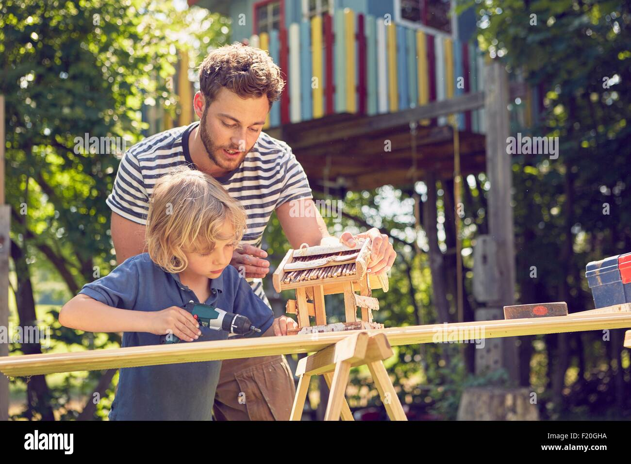 Père et fils doing woodwork ensemble, à l'extérieur Photo Stock
