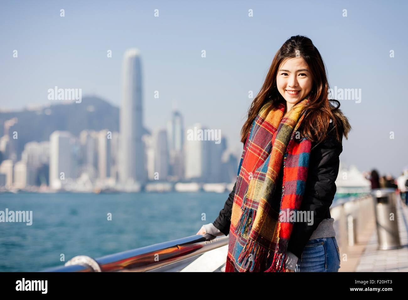 Portrait de jeune femme portant le foulard et vérifié veste en cuir, looking at camera Photo Stock