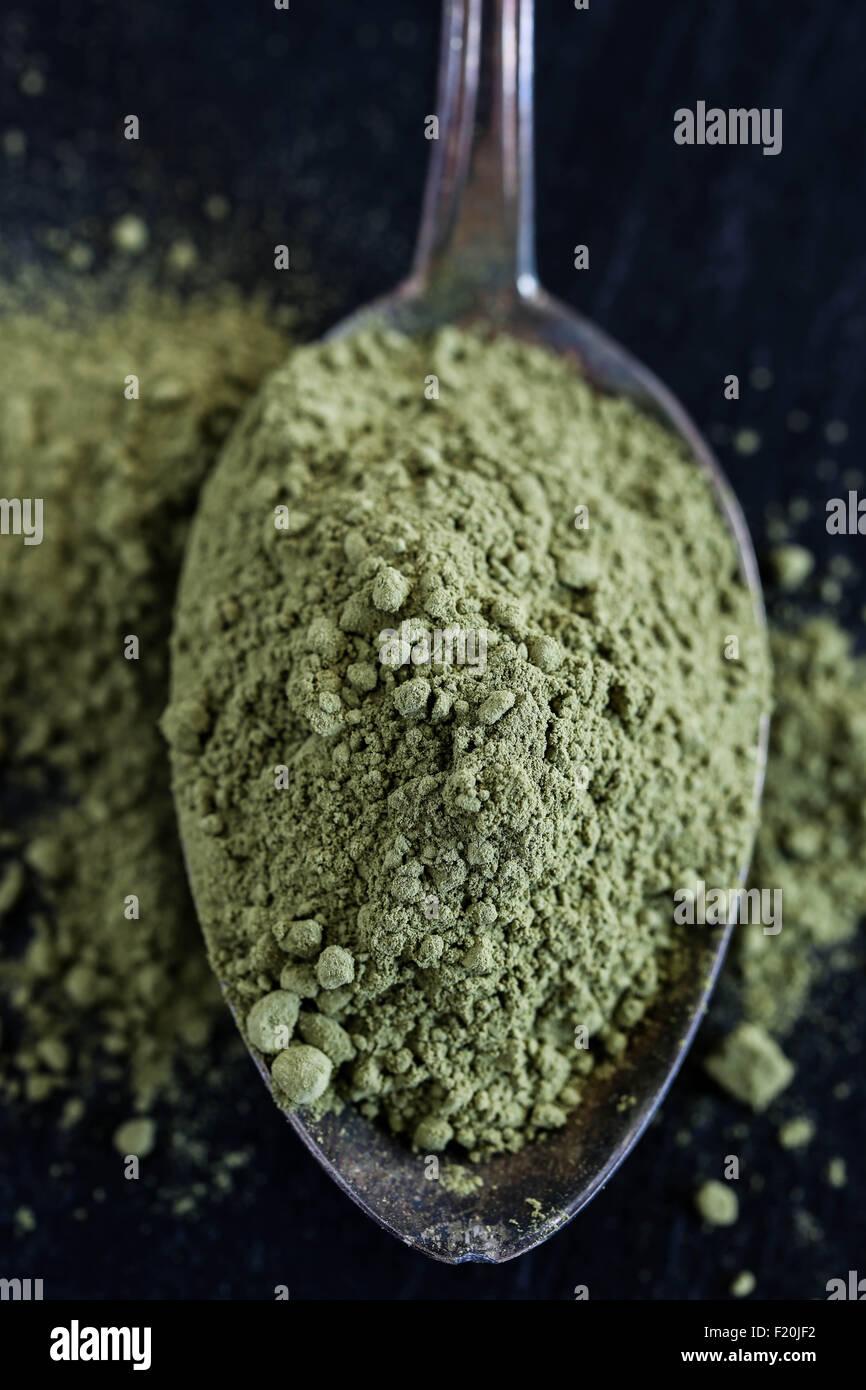 Cuillère à café de poudre de thé vert matcha. Photo Stock
