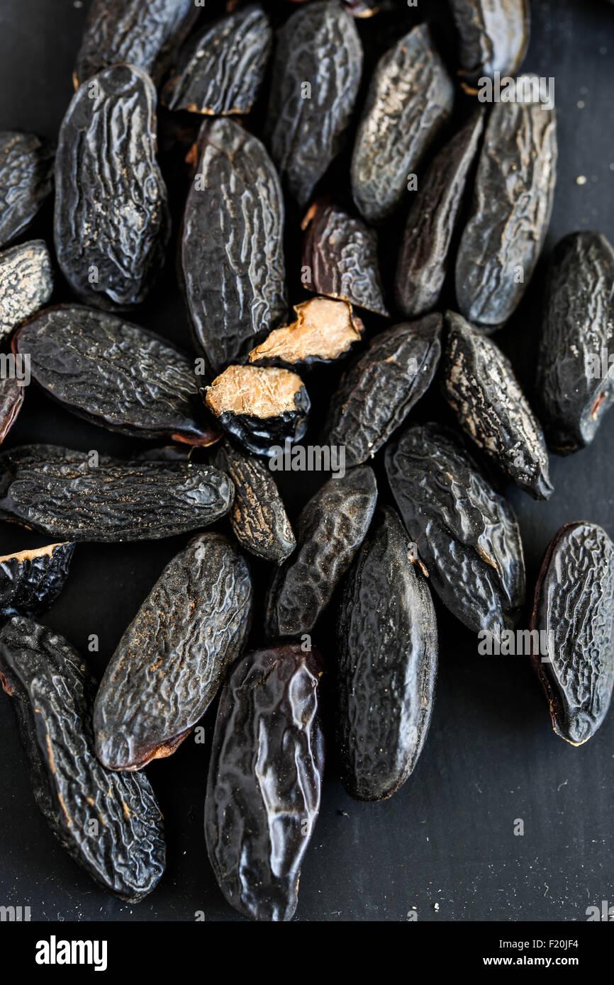 La fève de Tonka sur un arrière-plan en ardoise noire. Photo Stock
