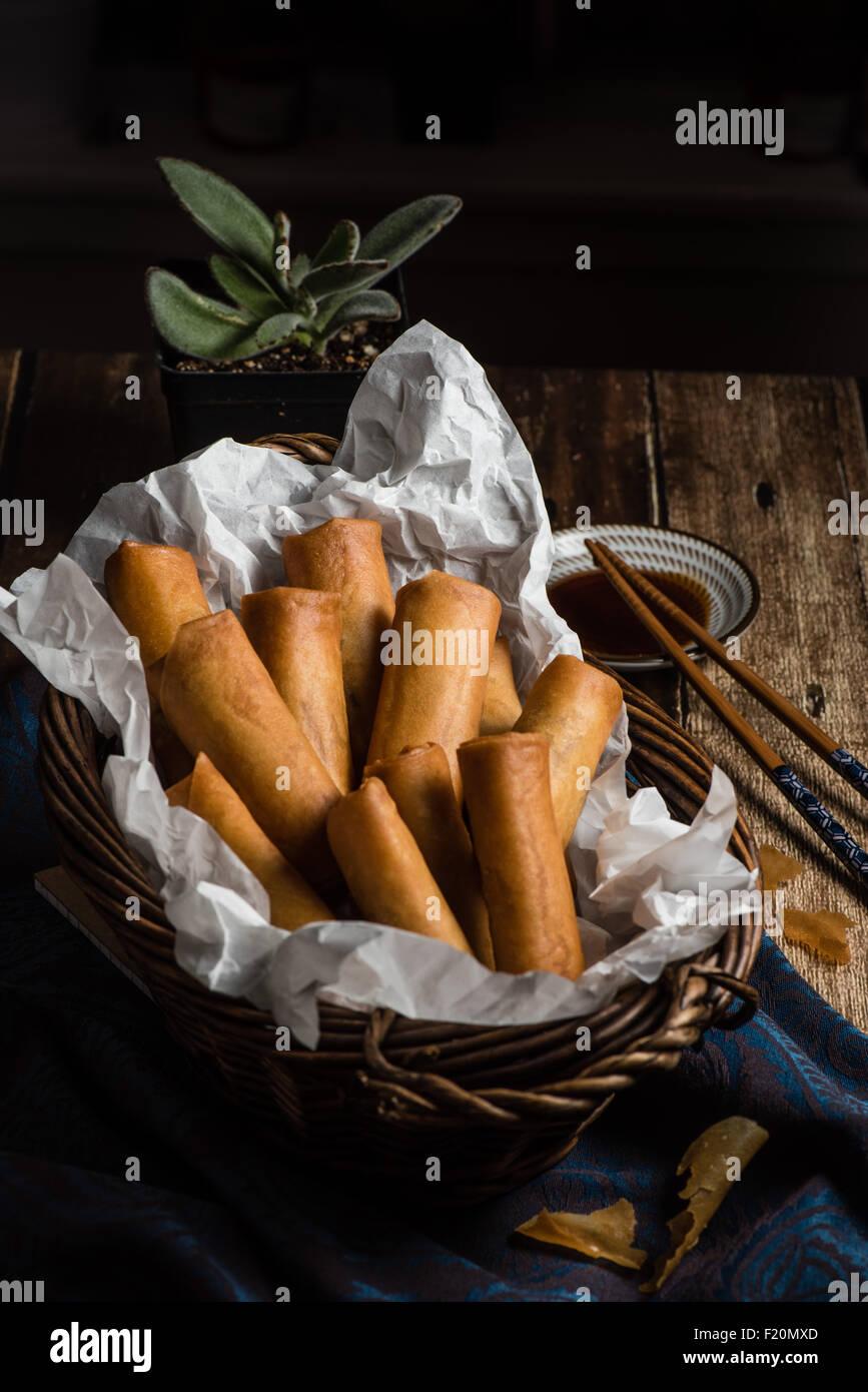 Rouleaux de printemps frits traditionnels asiatiques avec Sauce sur fond de bois Photo Stock