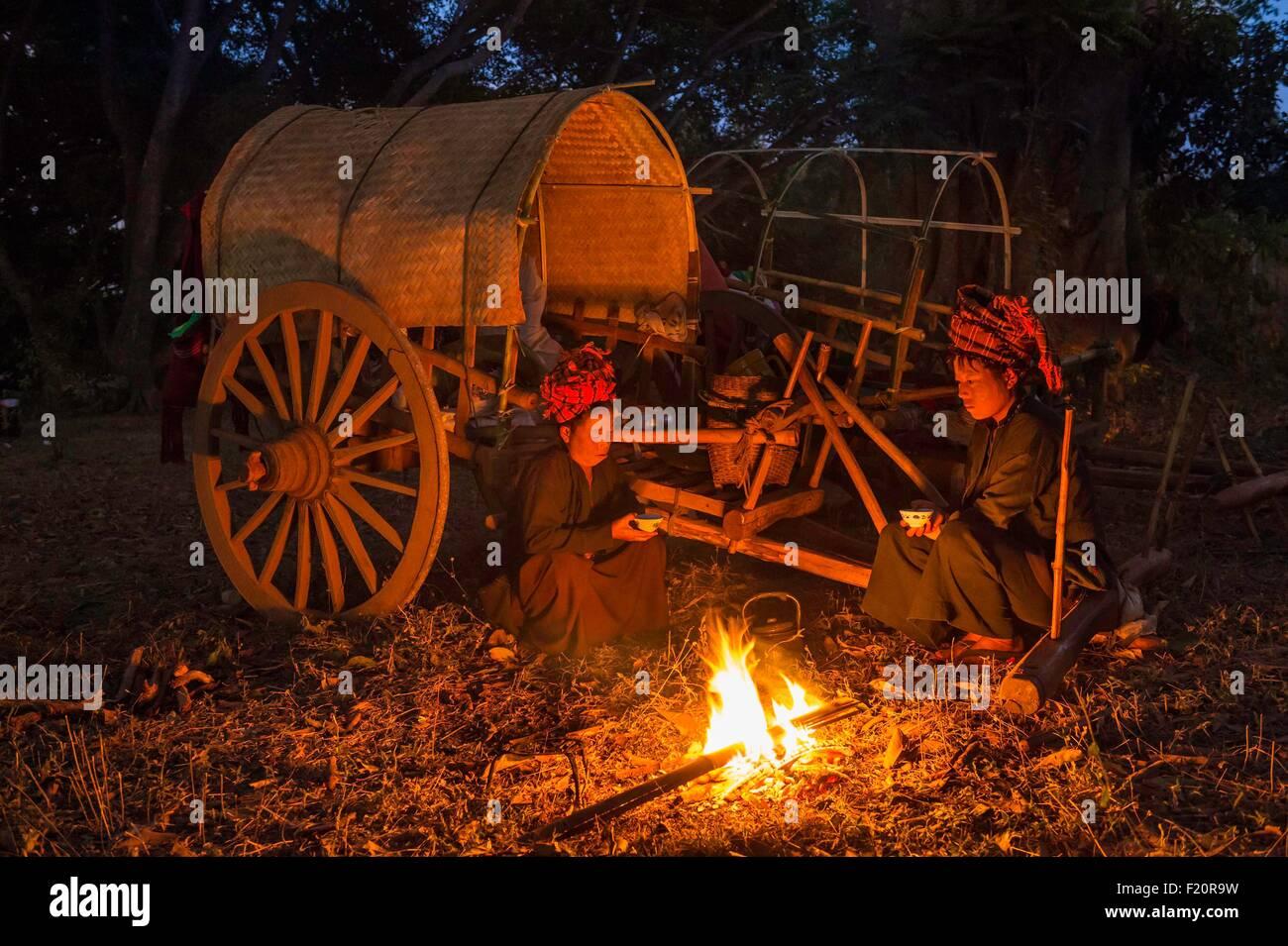 Myanmar (Birmanie), l'État de Shan, PAO, la tribu de Kakku, famille voyageant avec leur charrette à Photo Stock
