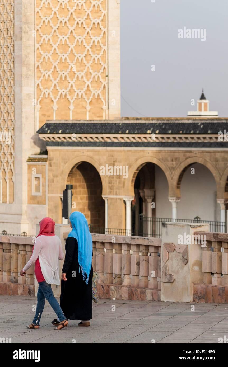 Tunisie, Tunis, centre-ville, les femmes sur la Place de la Kasbah en face de la mosquée de la Kasbah et loin de Banque D'Images
