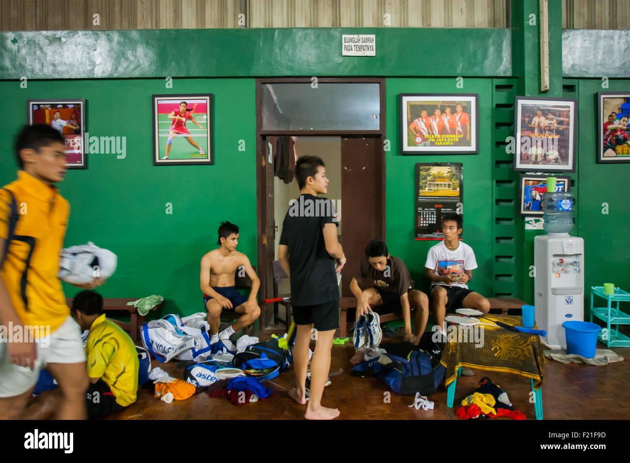 Les jeunes joueurs de badminton indonésien après séance de formation à l'Jaya Raya sports Photo Stock