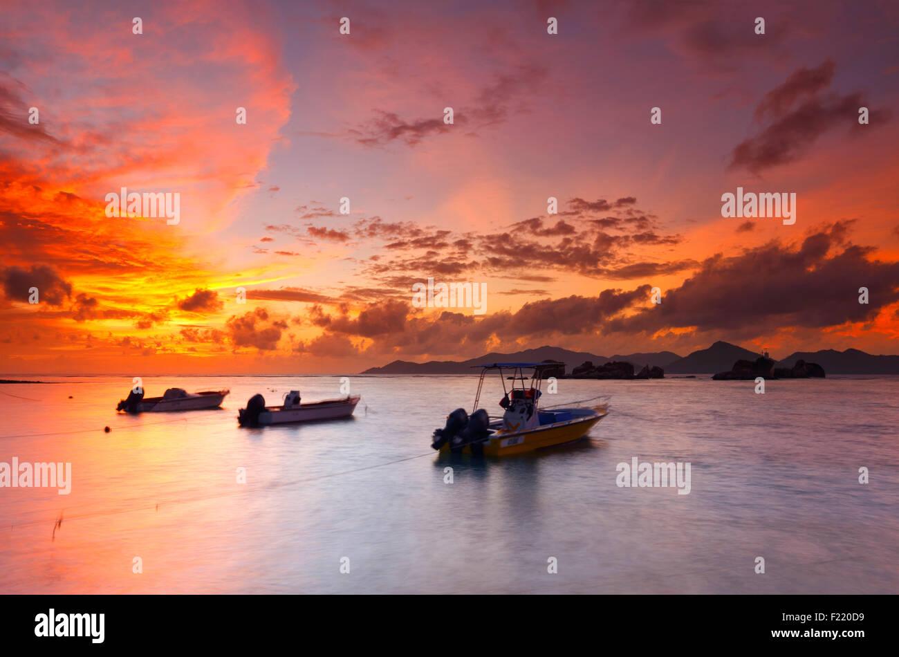 De soleil colorés sur les Seychelles avec un beau nuages. La digue de l'île. Photo Stock