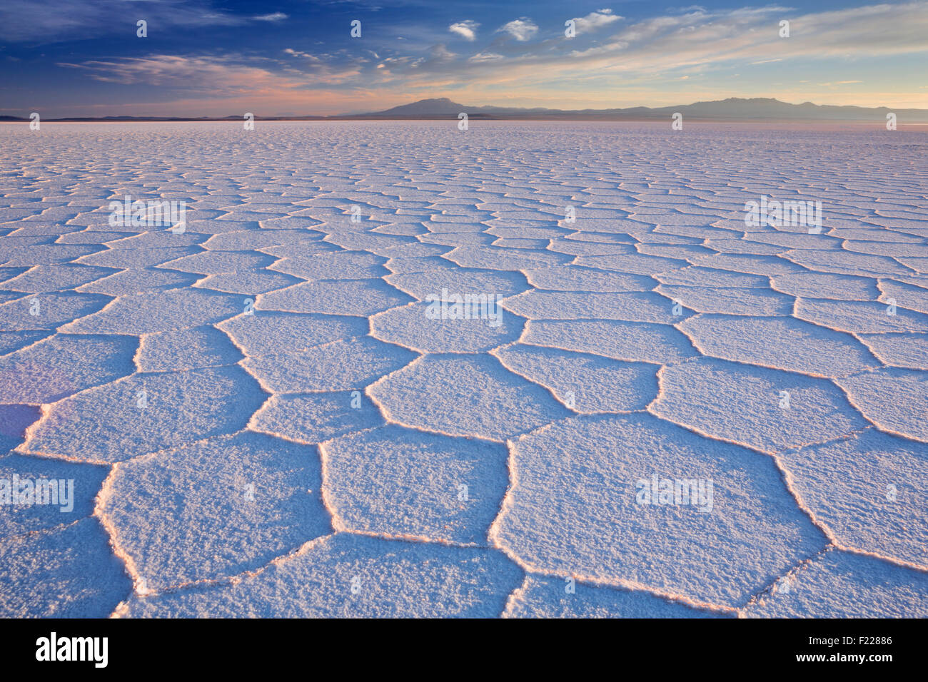 Le plus grand de sel, Salar de Uyuni en Bolivie, photographié au lever du soleil. Photo Stock