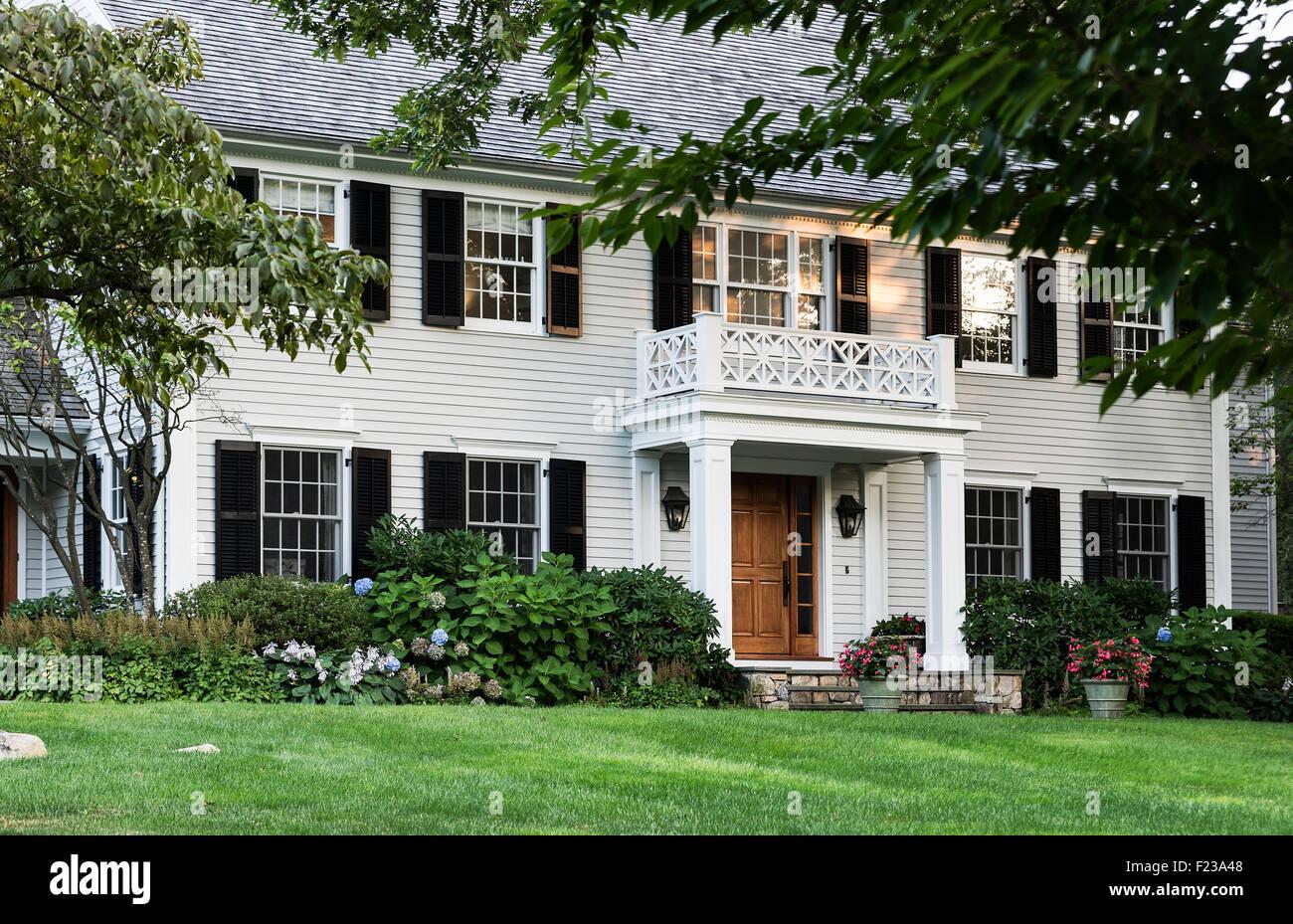 Extérieur de maison haut de gamme avec un aménagement paysager attrayant, USA Photo Stock