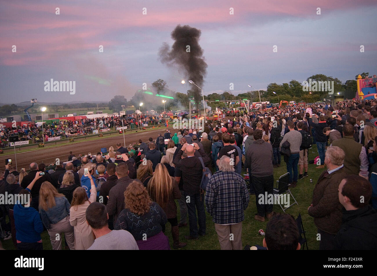 La foule lors de l'événement tire de tracteur tirant la responsabilité civile automobile motor Photo Stock