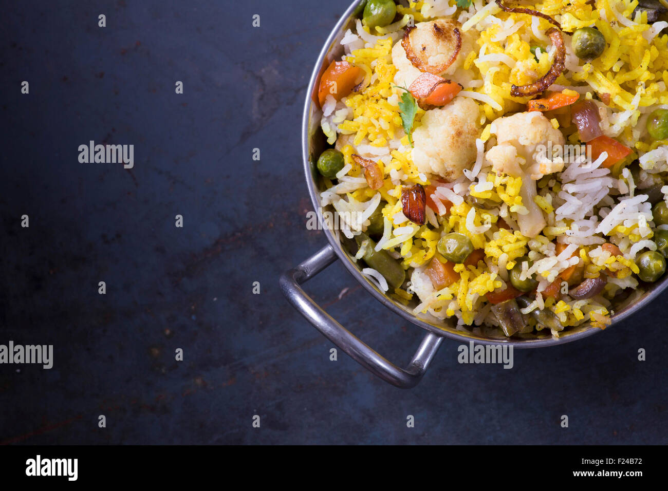 Biryani végétarien sur dark metal background with copy space Photo Stock