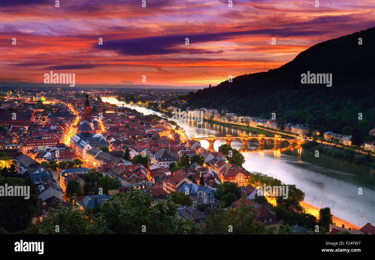 Heidelberg, Allemagne, vue aérienne, au crépuscule, avec ciel coucher de soleil spectaculaire et les lumières Photo Stock