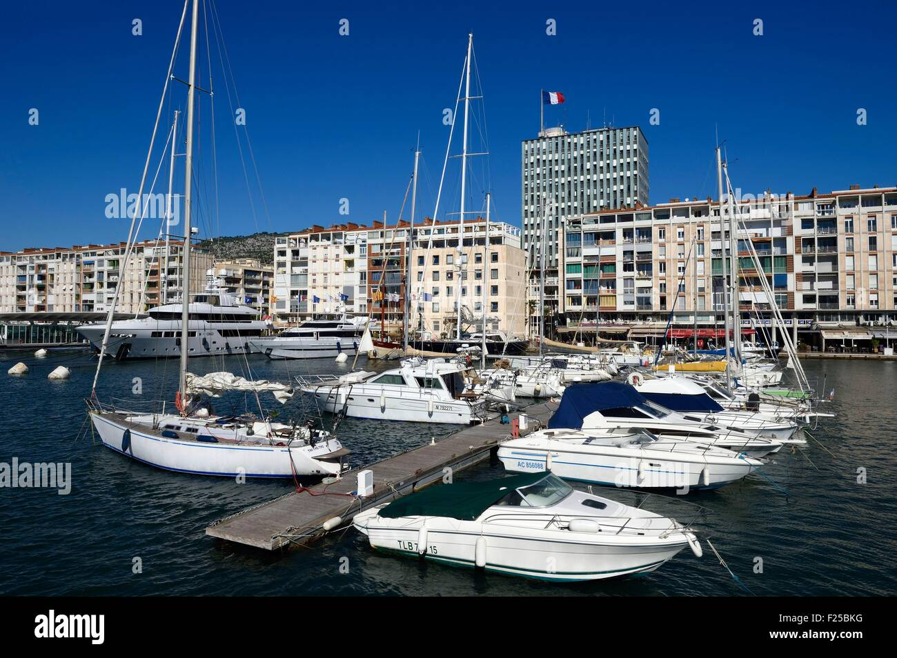 La France, Var, Toulon, le port, les immeubles à appartements conçus par De Mailly suite à l'attentat Photo Stock