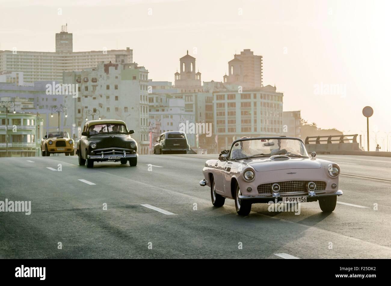 Cuba, La Havane, Malecon, le trafic dans le quartier Centro Habana Photo Stock
