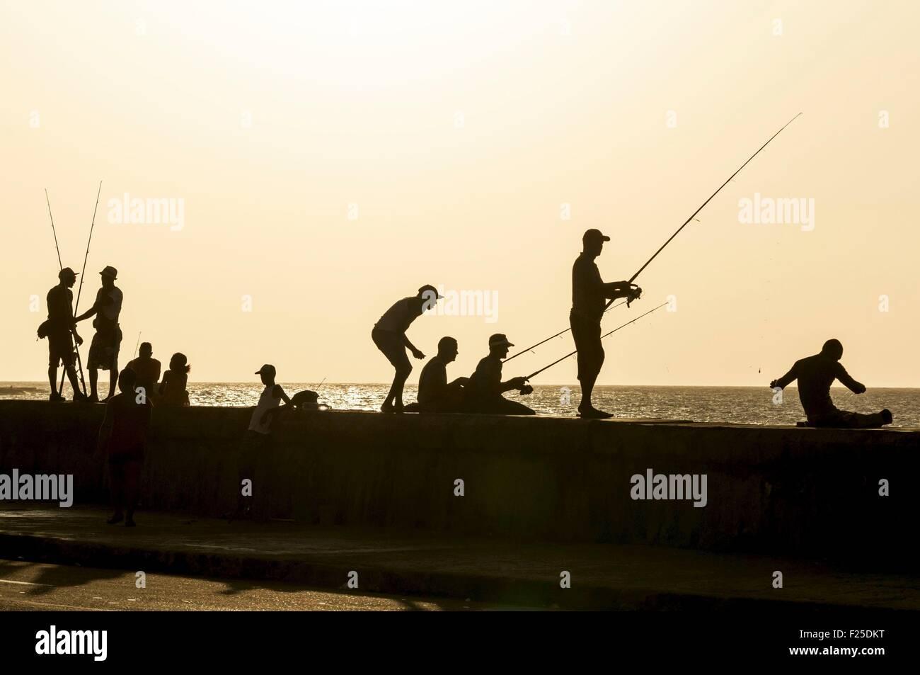 Cuba, La Havane, Malecon, Habana Vieja ville inscrite au Patrimoine Mondial de l'UNESCO, les pêcheurs à Photo Stock