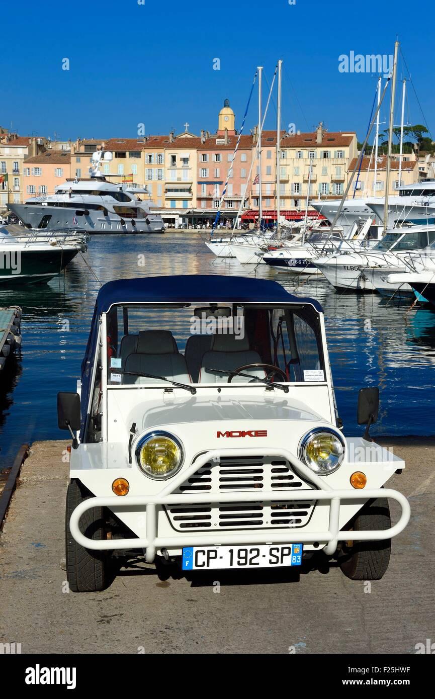 La France, Var, Saint-Tropez, Mini Moke voiture sur le port Photo Stock