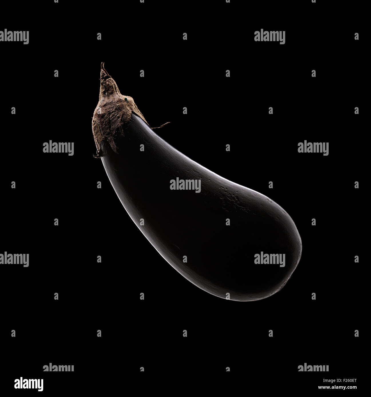 Aubergine (aubergine) still life avec rim light sur fond noir d'en haut Photo Stock