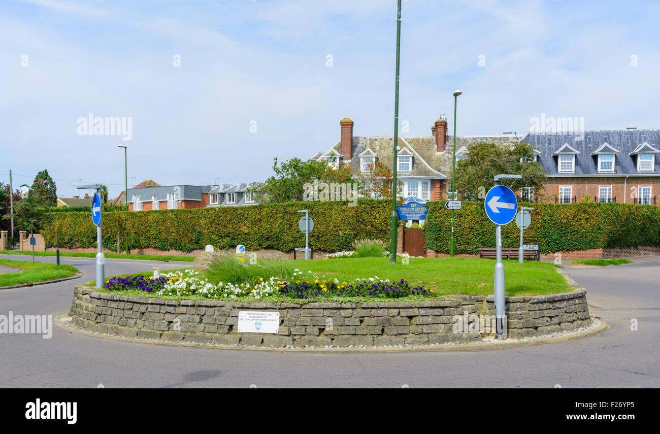 Rond-point à un carrefour en Angleterre, Royaume-Uni. Photo Stock