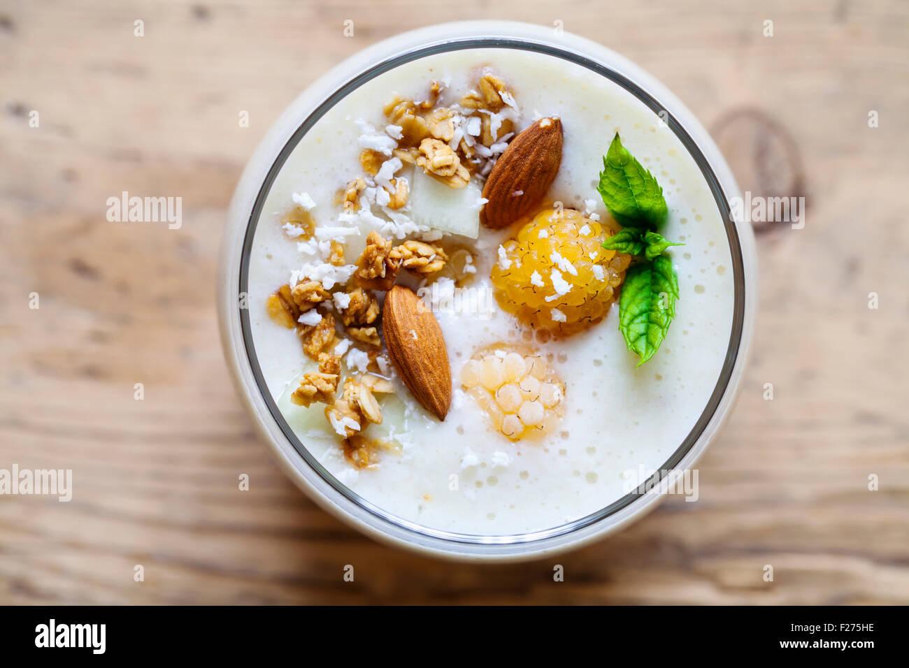 La noix de coco, amande, framboises smoothie jaune Photo Stock