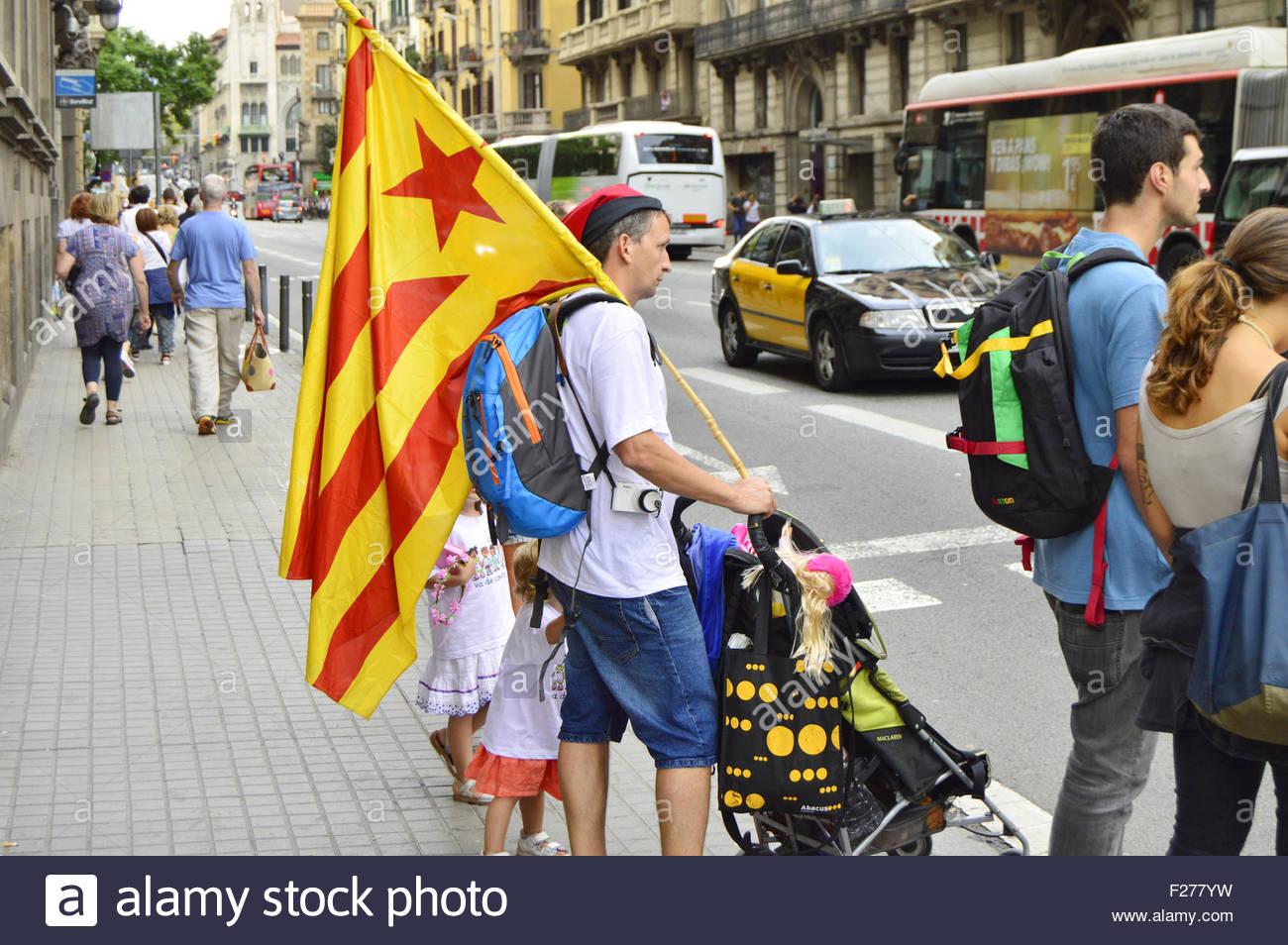 Homme avec drapeau vu dans la rue de Barcelone avant de Catalan de mars l'indépendance de l'Espagne Photo Stock