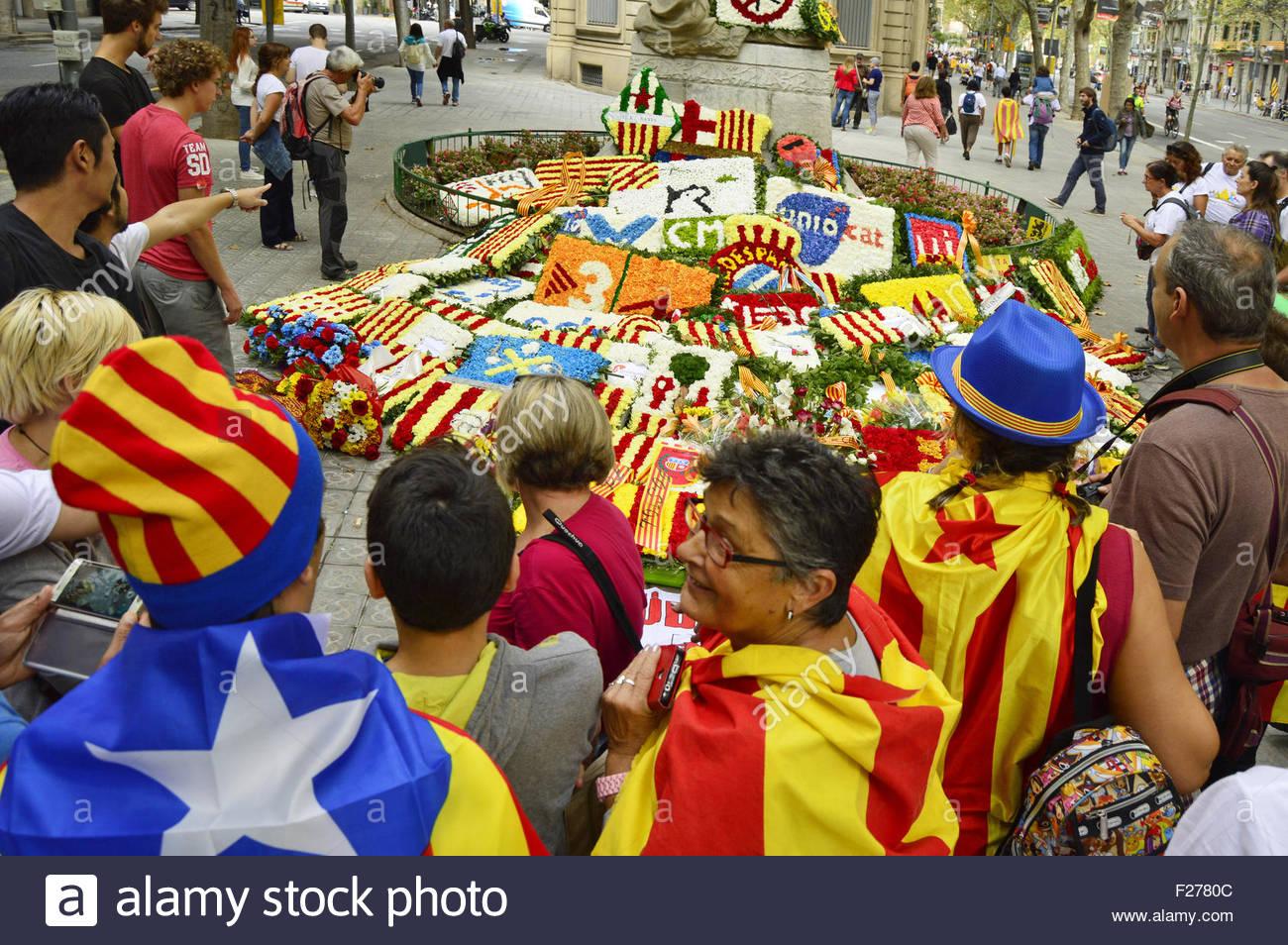 Memorial de guirlandes personnes rassemblement sur 'Journée nationale de la Catalogne' 11.9.2015 à Photo Stock