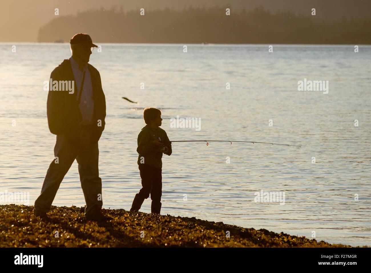 Grand-père en regardant son petit-fils pêcher dans Starrigavan Bay près de Sitka, en Alaska. Photo Stock