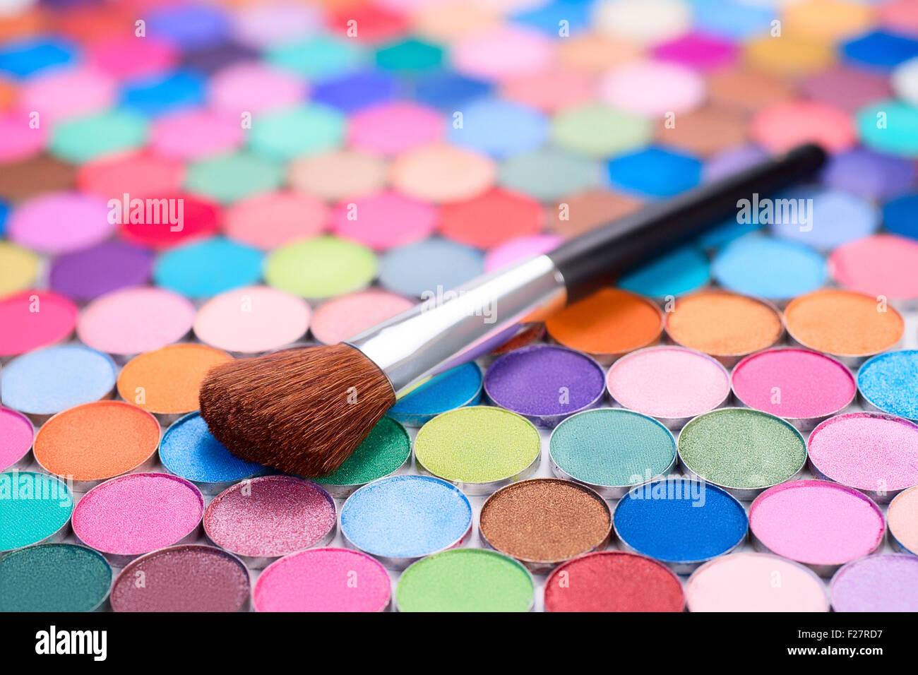 Arrière-plan avec make-up brush et beaucoup d'ombres à paupières multicolores Photo Stock