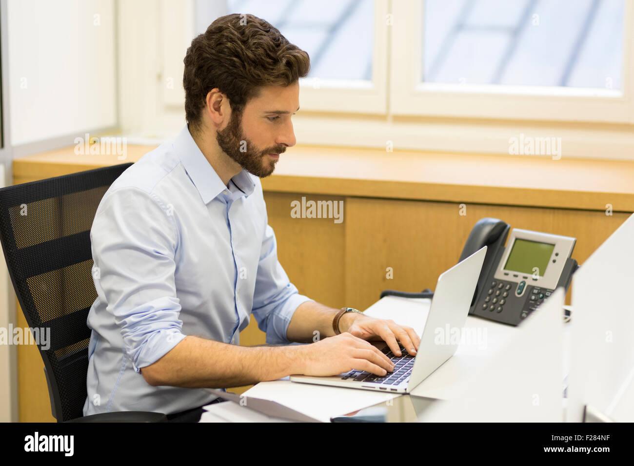Présentation professionnelle businessman typing on laptop travail Banque D'Images