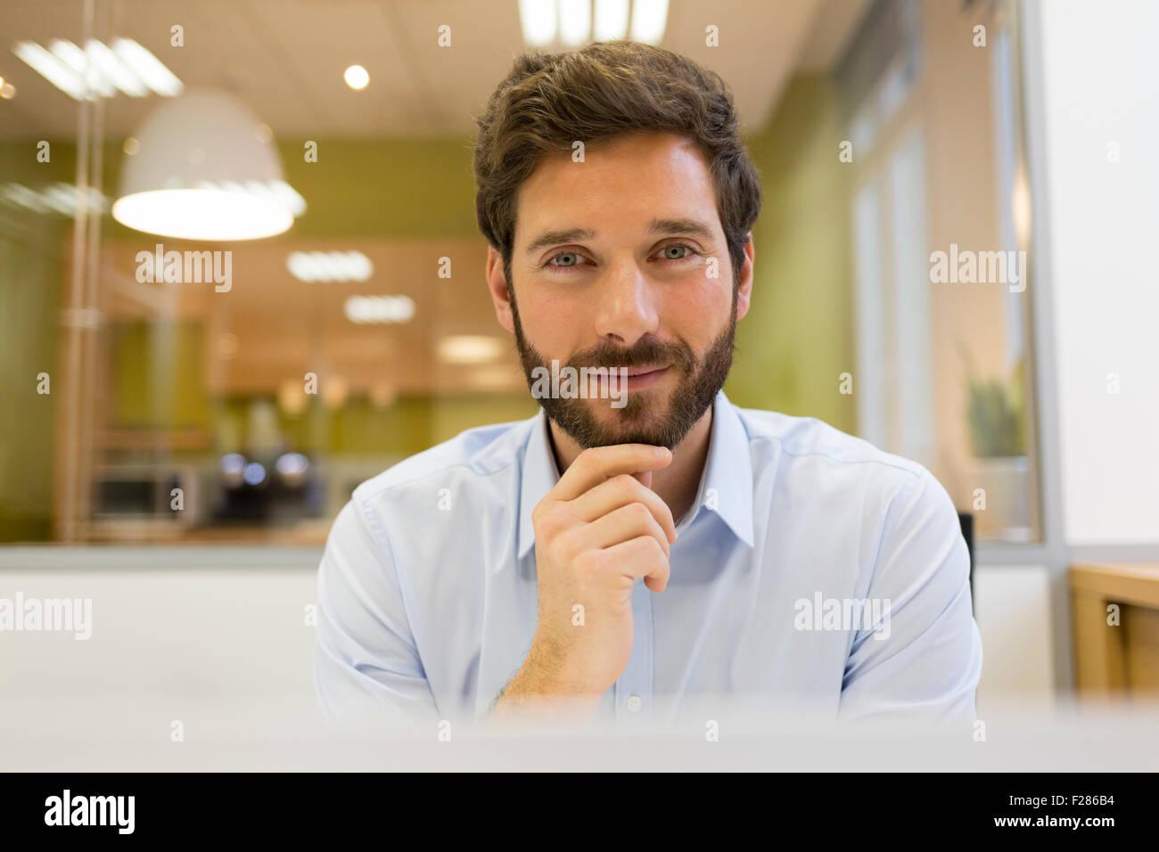 Portrait of smiling businessman in office barbu Banque D'Images