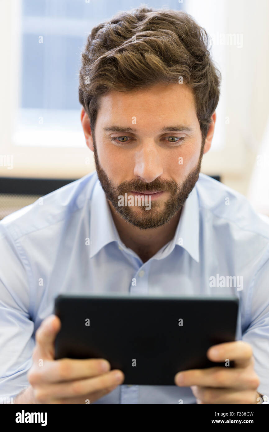 Business Man working on tablet computer in office Banque D'Images