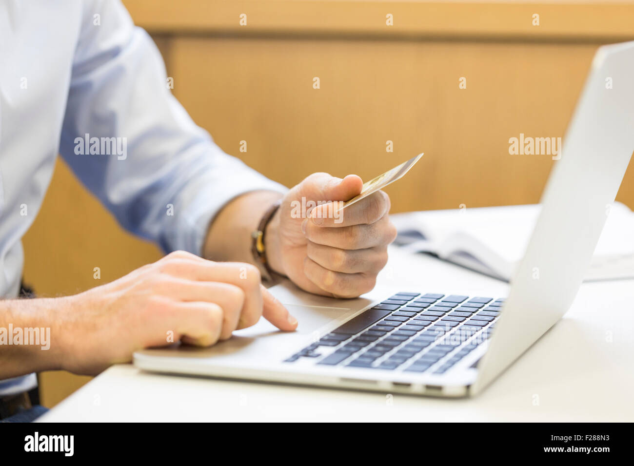 L'homme d'affaires occasionnels de payer en ligne par carte de crédit. Banque D'Images