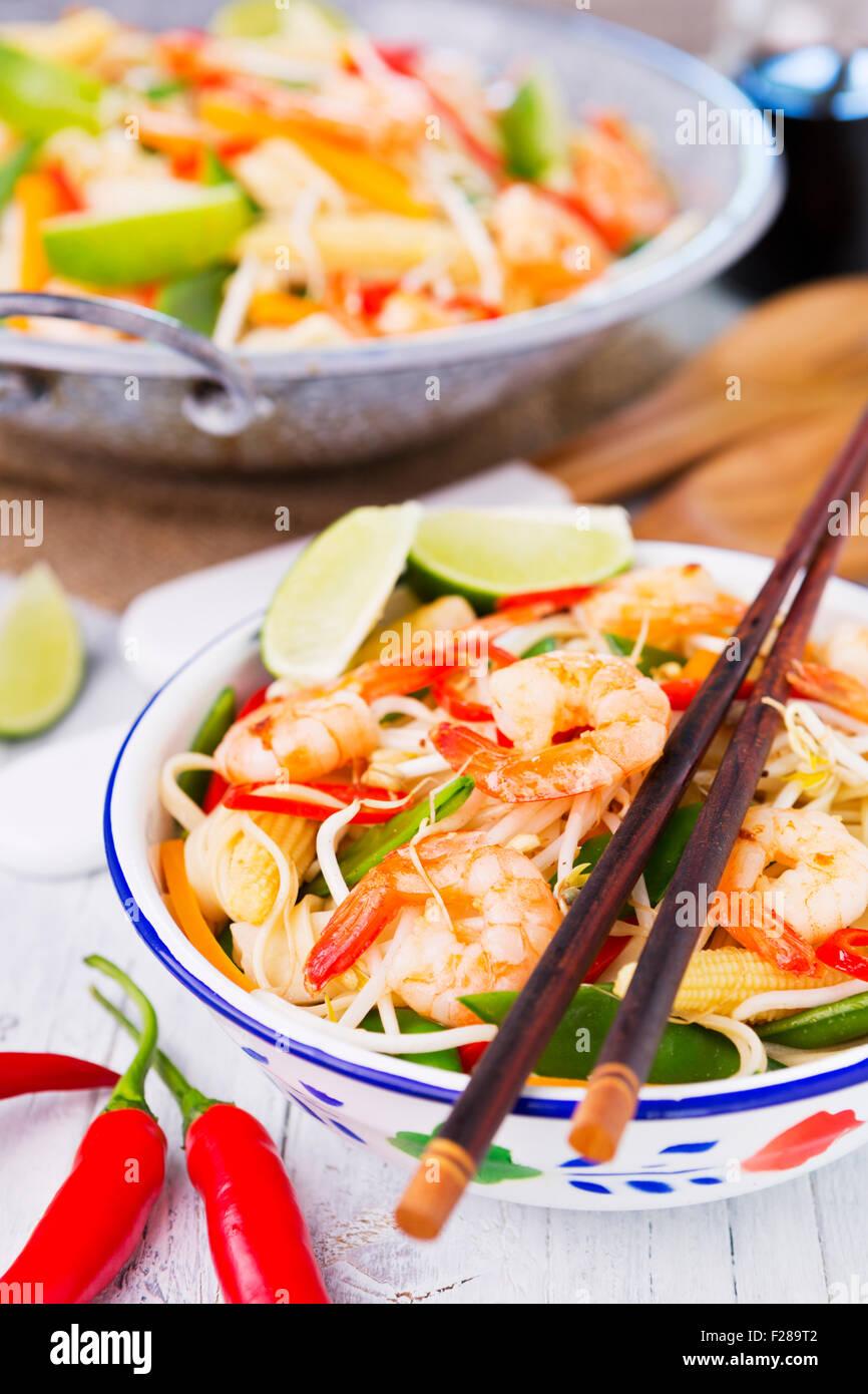 La santé de faire sauter des crevettes et légumes servi sur des nouilles. Photo Stock