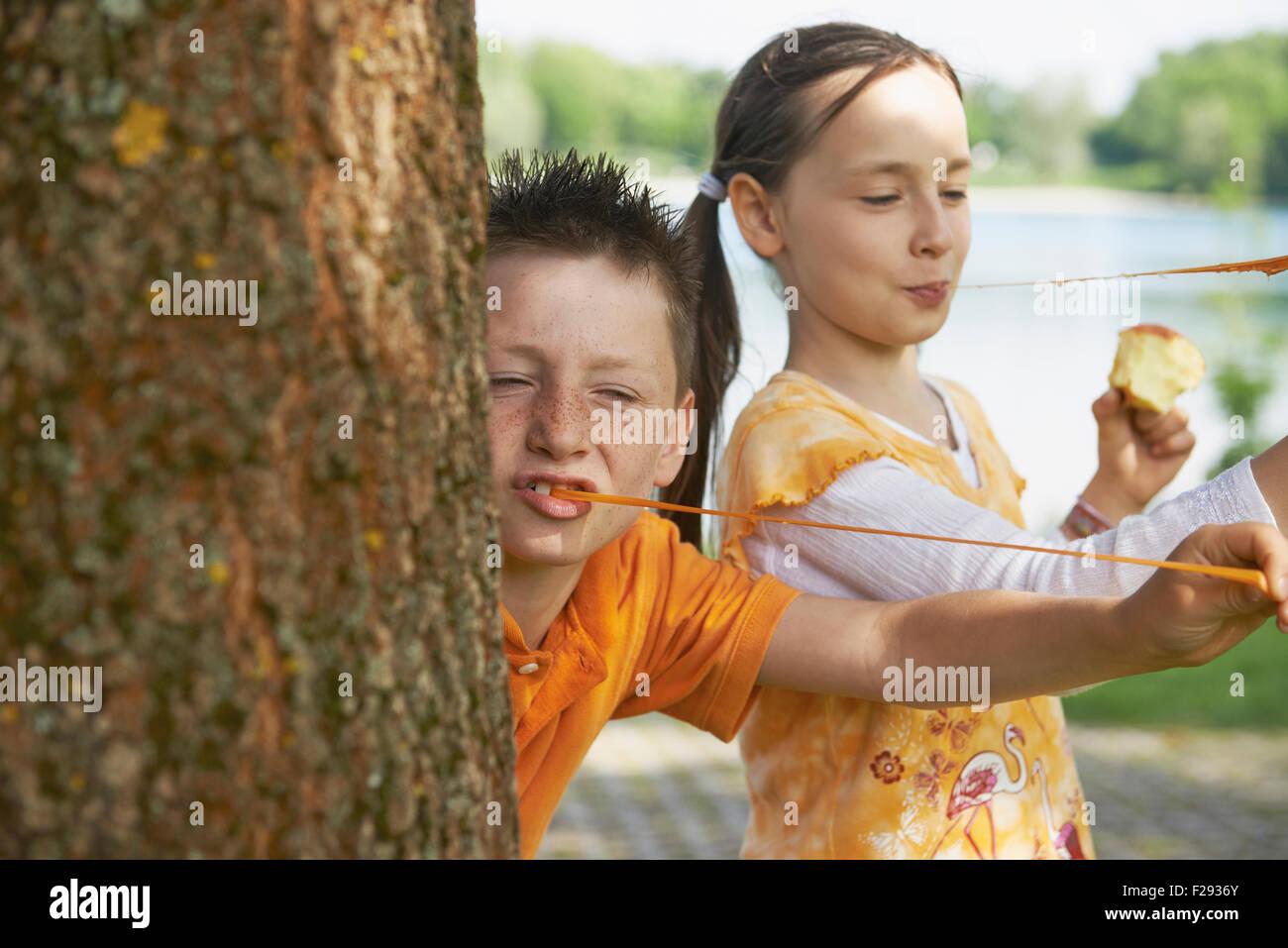 Enfants jouant avec bubble gommes, Bavière, Allemagne Banque D'Images