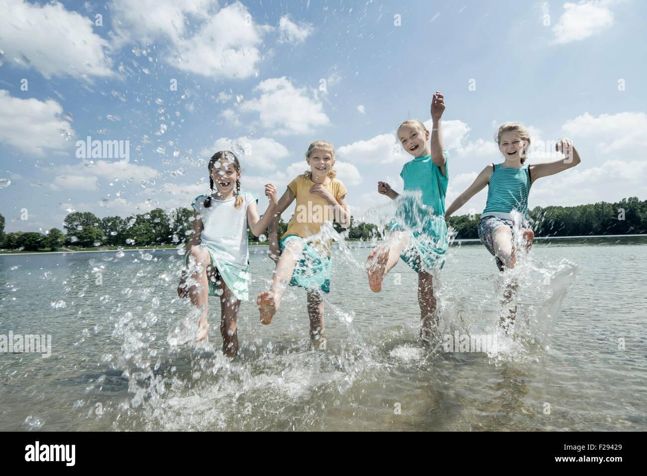Groupe d'amis aux projections d'eau dans le lac, Bavière, Allemagne Photo Stock