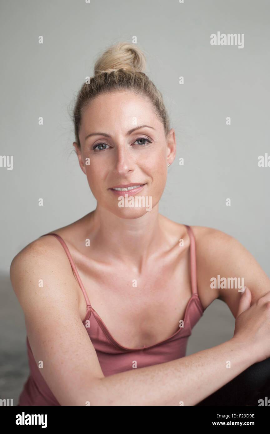 Portrait of a Mid adult woman smiling, Munich, Bavière, Allemagne Photo Stock