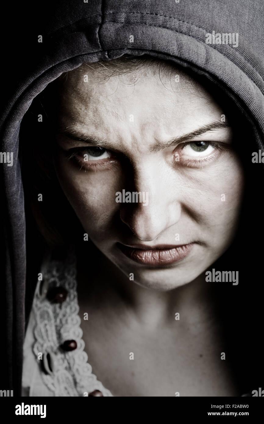 Femme sinistre effrayant avec de mauvais yeux Photo Stock