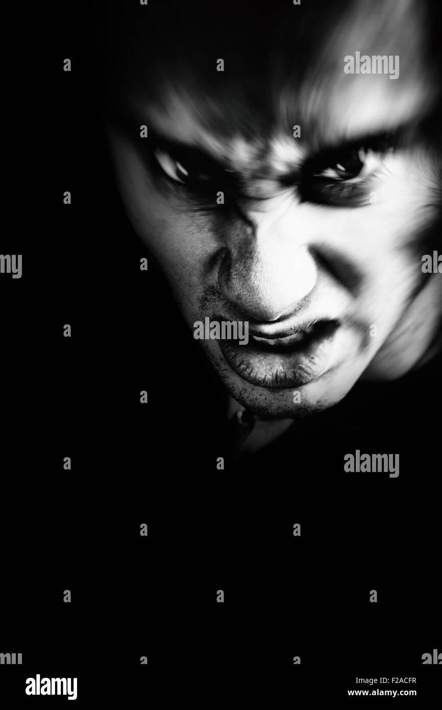 Froncement du sinistre effrayant vampire mauvais homme Photo Stock