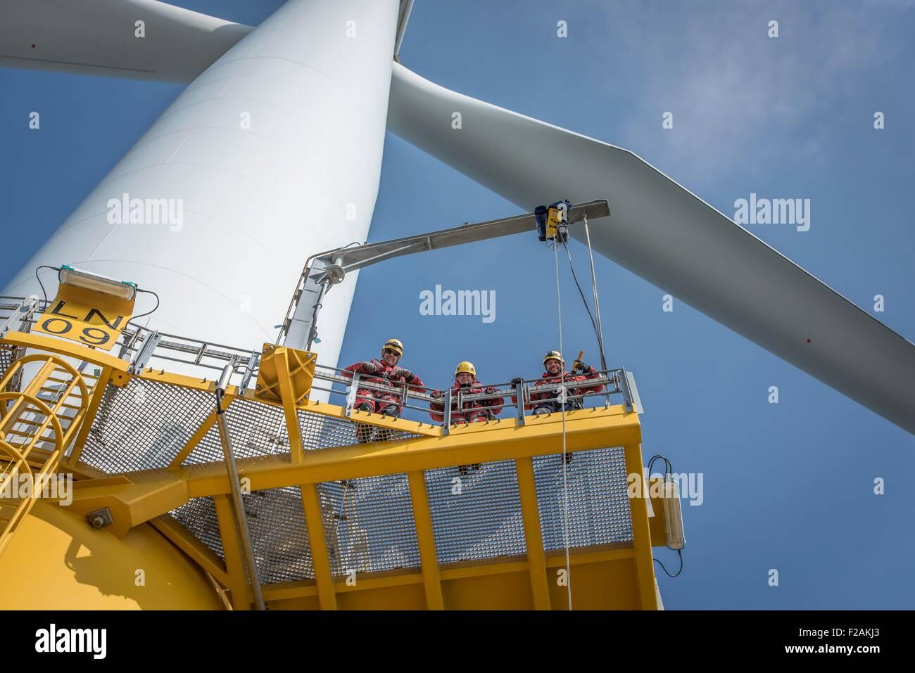Portrait d'ingénieurs sur l'Éolienne au parc éolien offshore Photo Stock