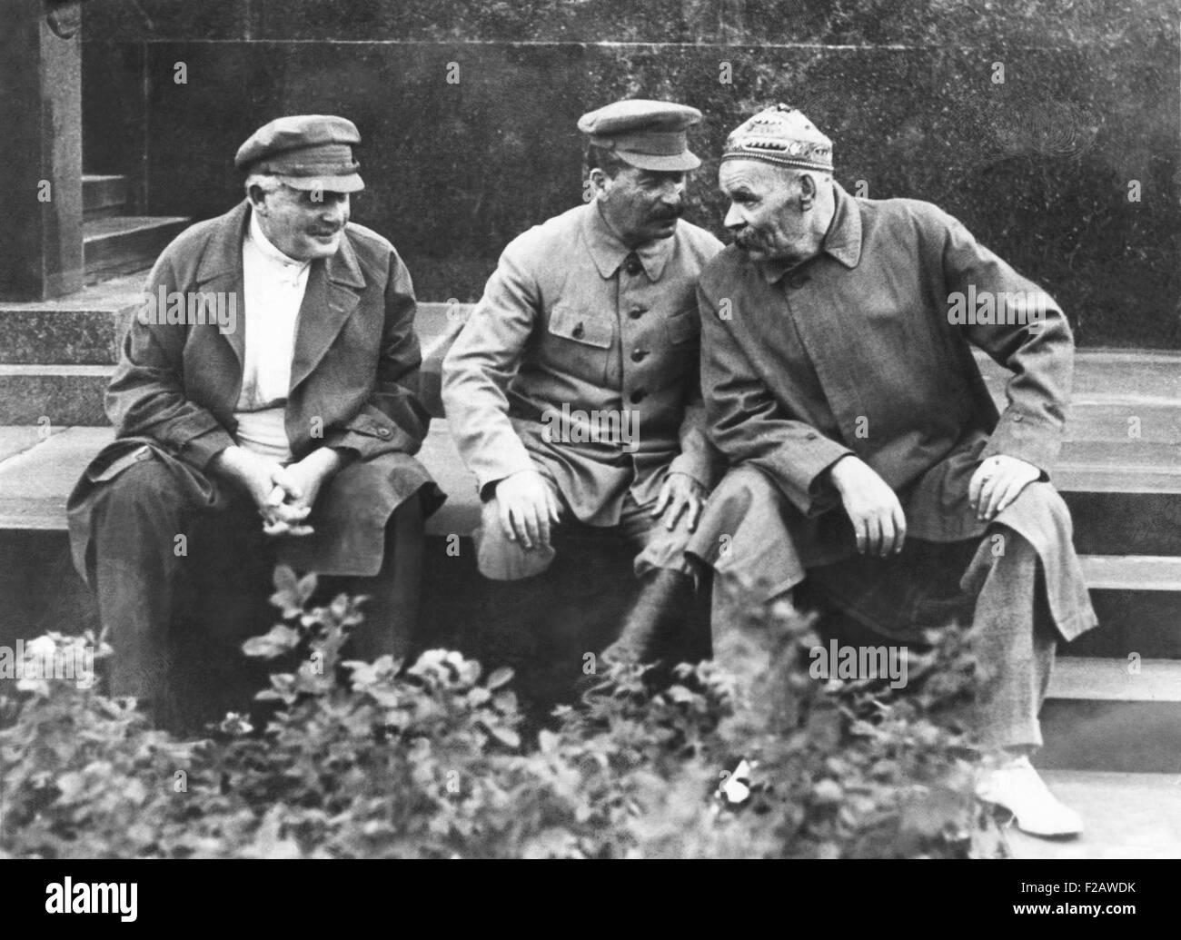 Camarades, A. S. Yenukidze, Joseph Staline, et Maxime Gorki sur 10ème anniversaire de l'Sportintern rouge. Photo Stock