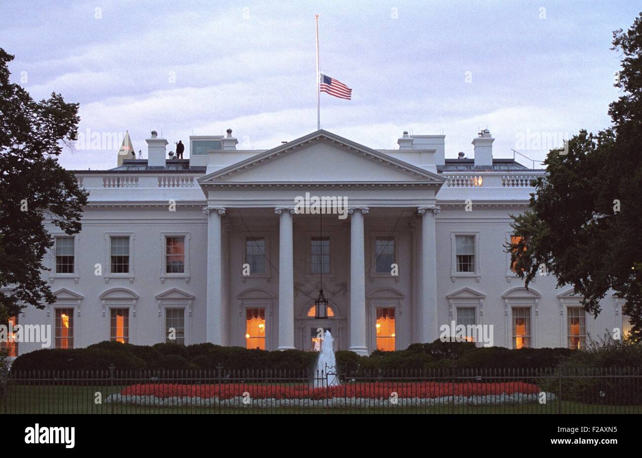 Drapeau américain vole à plus de la moitié du personnel de la Maison Blanche au lever du soleil le Photo Stock