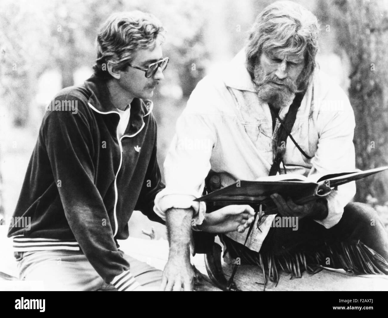Le scénariste Fraser Clark Heston (à gauche) discute d'une scène avec son père, Charlton Photo Stock