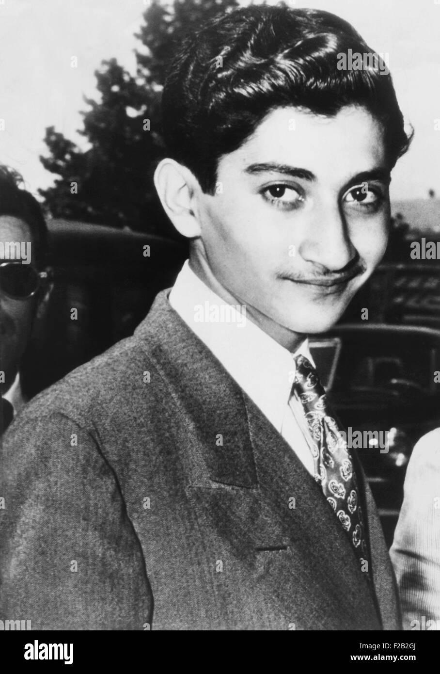 Hamid Riza Pahlavi, 15 ans, demi-frère du Shah d'Iran, à New York le 2 juillet 1947. Il s'échappait par un saut de l'école Paris lié d'un avion à l'aéroport de LaGuardia. Plus tard, il a été banni de la cour du shah. comportement dissolue Après la révolution islamique, il est mort en prison sous le coup d'une condamnation pour possession de drogue en 1992. CSU (2015__8_517) Banque D'Images