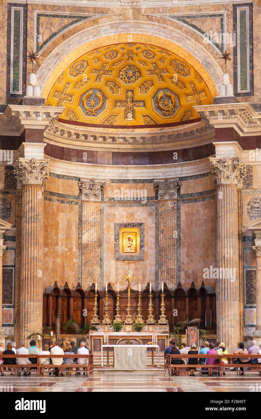 Les gens participant à un service au Panthéon, temple de dieux romains et l'église de la Piazza Photo Stock