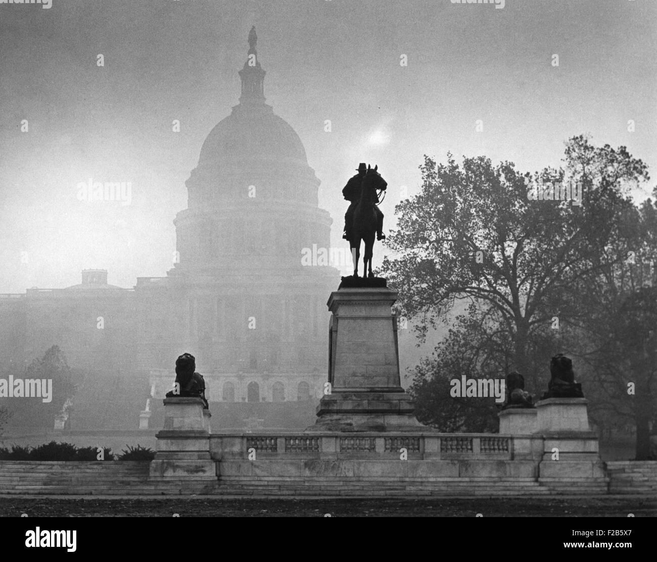 U.S. Capitol sur une journée de l'atmosphère, le 14 novembre 1953. La statue de guerre civile Général Photo Stock