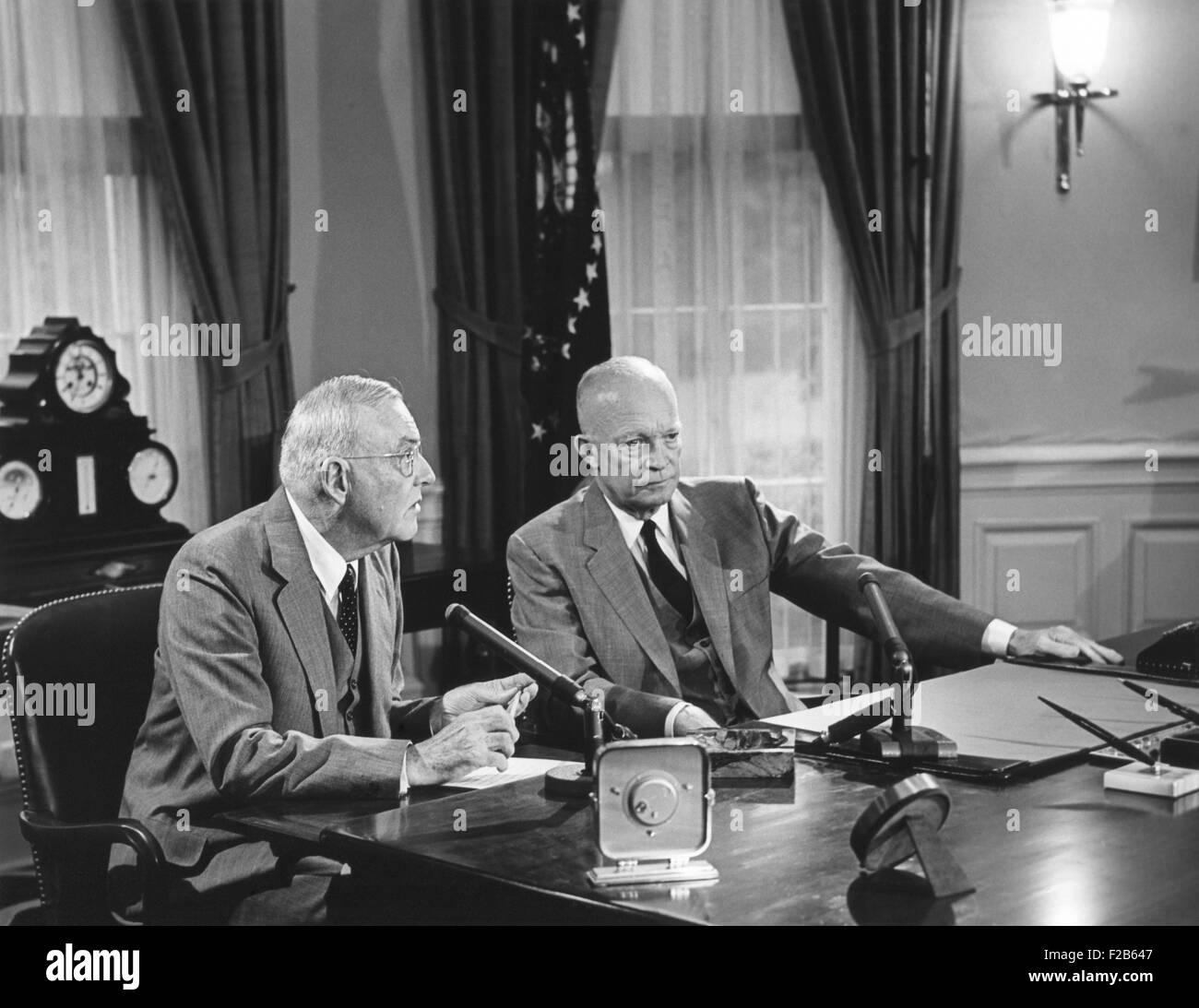 Le président Eisenhower a présenté Sec. d'État John Foster Dulles, qui ont discuté Photo Stock