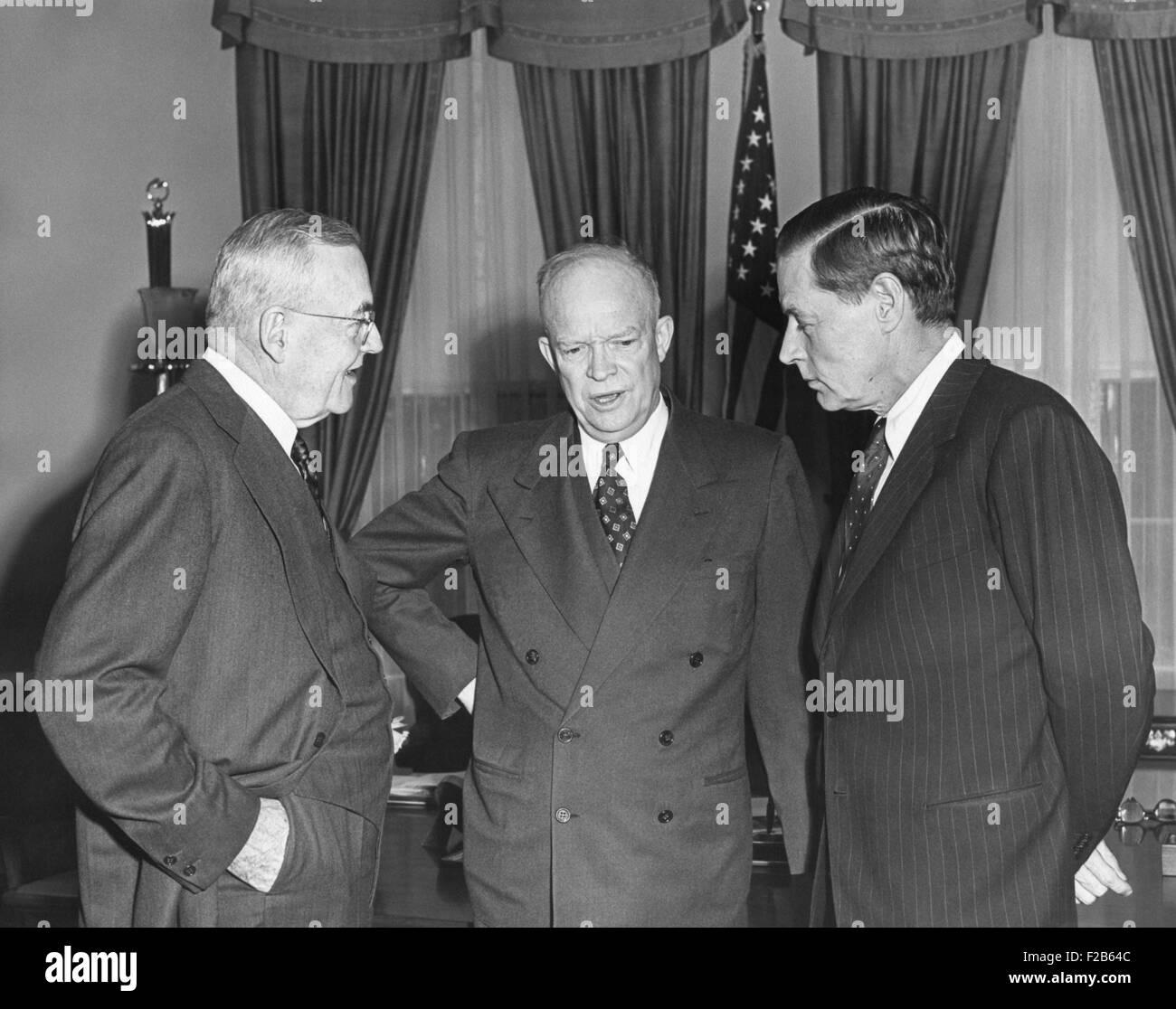 Le président Eisenhower en conversation avec Sec. d'État John Foster Dulles et Charles Bohlen. Bolan Photo Stock